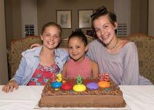Drei Mädchen, die ihre Geburtstage feiern Stockfotos