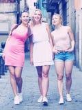 Drei Mädchen, die in Stadt gehen lizenzfreie stockfotografie