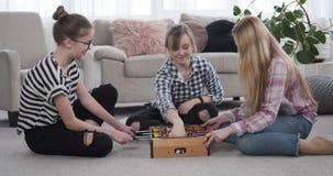 Drei Mädchen, die zu Hause foosball spielen stock video footage