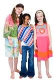 Drei Mädchen, die zusammen lächeln stockfotos