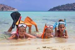 Drei Mädchen im Meer stockbild