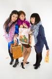 Drei Mädchen mit Einkaufenbeuteln Stockbilder