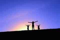 Drei Mädchen oben auf den Hügel Lizenzfreie Stockbilder