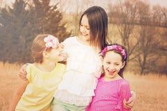Drei Mädchengeschwister, die das Lächeln lachen lizenzfreies stockbild
