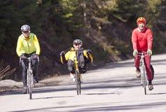Drei Männer auf Fahrrädern. Stockfotos