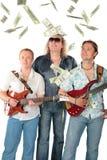 Drei Männer mit zwei Gitarren und fallenden Dollar. M Lizenzfreies Stockbild