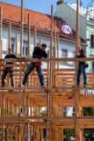 Drei männliche Tischler, die eine hölzerne Rahmenkonstruktion in Prag errichten lizenzfreie stockfotografie
