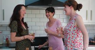 Drei Mütter habend aufzuholen stock video