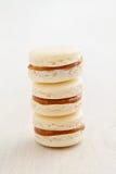 Drei macarons mit caramell Füllung Stockbilder