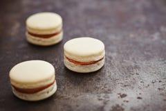 Drei macarons mit caramell Füllung Stockfoto