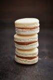 Drei macarons mit caramell Füllung Stockfotografie