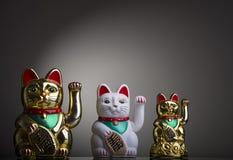 Drei Maneki Neki, asiatische Katzen des guten Glücks lizenzfreie stockfotos