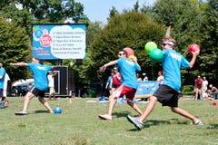 Drei Mann-Wurf im Einklang Völkerball-Spiel am im Freien lizenzfreies stockbild