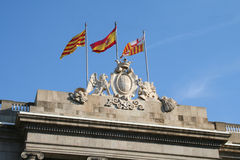 Drei Markierungsfahnen am Barcelona-Rathaus. Lizenzfreie Stockfotos