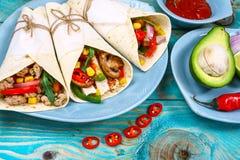 Drei mexikanische Schweinefleisch carnitas Tacos legen flach Zusammensetzung, Grenzmexikanisches kochendes Rezept lizenzfreie stockbilder