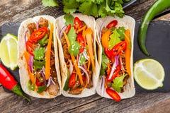 Drei mexikanische Tacos mit Fleisch und Gemüse Tacoalpastor an stockbilder