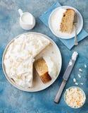 Drei Milchkuchen, tres leches backen mit Kokosnuss zusammen Traditioneller Nachtisch lateinischer Draufsicht Amerikas Stockfoto