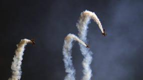 Drei Militärpropellerflugzeuge, die in die Gruppe fliegen Lizenzfreies Stockfoto