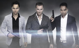 Drei Modemänner, die Gewehr halten lizenzfreie stockfotos