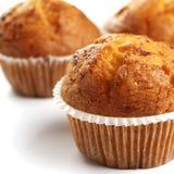 Drei Muffins auf dem weißen Hintergrund Lizenzfreie Stockfotos