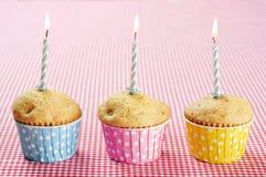 Drei Muffins im bunten Muffin Lizenzfreie Stockfotos