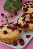 Drei Muffins der hölzernen Erdbeere auf Platte Lizenzfreie Stockfotografie