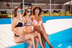 Drei multi ethnische Damen des netten Brunette genießen auf Henne Lizenzfreie Stockbilder