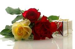 Drei nette Rosen mit einem Geschenkkasten Lizenzfreies Stockfoto