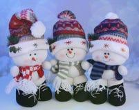 Drei nette Schneemänner Stockfotos