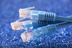 Drei Netzkabel über blauem Scheinhintergrund lizenzfreies stockfoto