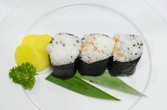 Drei nigiri Sushi auf Teller Stockbilder