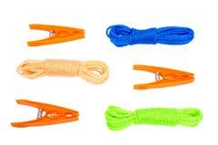 Drei orange Stöpsel und Seil mit drei Wäschereien Stockfoto