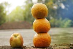 Drei Orange und Apfel mit Unschärfe lizenzfreie stockfotos