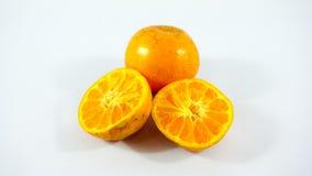 Drei Orangen auf weißem Hintergrund Stockfoto