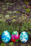 Drei Ostereier auf einem hölzernen Stumpf Stockfotografie