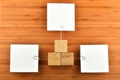 Drei Papieranmerkungen mit Haltern in den verschiedenen Richtungen auf Holz Stockfoto