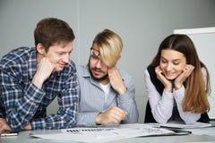 Drei Partner denken auf einem neuen Vertrag Lizenzfreies Stockbild