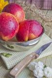 Drei Pfirsiche auf dem Tisch Stockfotografie