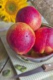 Drei Pfirsiche auf dem Tisch Lizenzfreies Stockbild