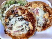 Drei Picadas mexikanische Nahrung lizenzfreie stockfotografie