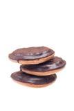 Drei Plätzchen mit Schokolade auf der Oberfläche auf weißem Hintergrund Lizenzfreie Stockfotografie