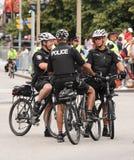 Drei Polizisten auf Fahrrädern Stockbild