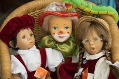 Drei Puppen in einem Stuhl Lizenzfreie Stockbilder