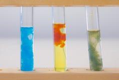 Drei Reagenzgläser, die Niederschläg von Übergangs-Metallverbindungen enthalten lizenzfreies stockbild