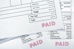 Drei Rechnungen alle mit zahlendem Stempel stockfotos