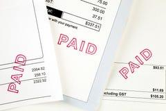 Drei Rechnungen mit zahlendem Stempel lizenzfreies stockfoto