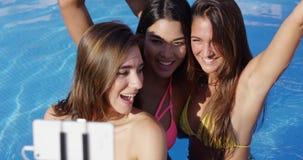 Drei recht junge Frauen, die für ein selfie aufwerfen stock footage
