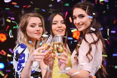Drei recht junge Mädchen mit Gläsern Champagner lizenzfreie stockfotografie