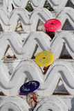 Drei Regenschirme in den Wellen der weißen Pagode Lizenzfreies Stockbild