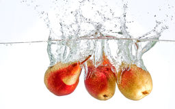 Birnen, die im Wasser spritzen Stockbild